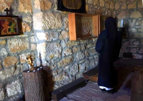 A budakeszi keresztút kápolnájában az egyik domonkos nővér vezetésével